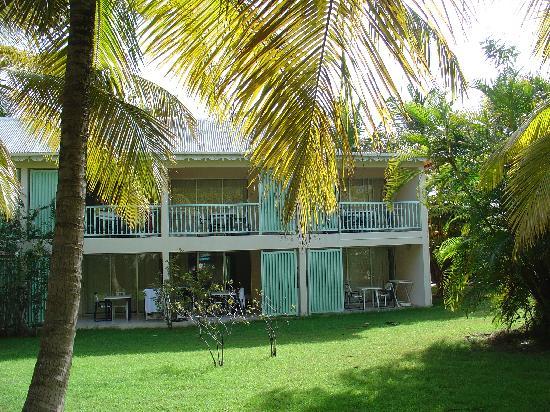 Hotel Residence Golf Village: Blick auf die Terassenseite der Reihenhäuser