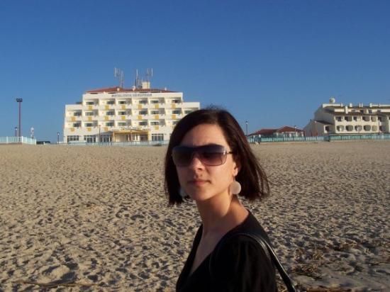 Vieira de Leiria, Portugal: Vieira Praia una playa que como veis quedaba muy lejos del hotel ( es el edificio del fondo )