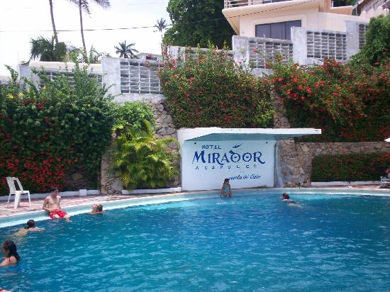 El Mirador Acapulco Hotel: The pool in the top of the hill
