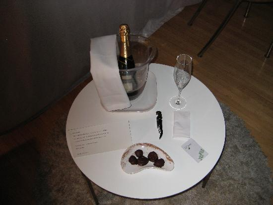 Casa Calma Hotel : Gratis champagne on my last night... every other night they bring wonderful infused mineral wate