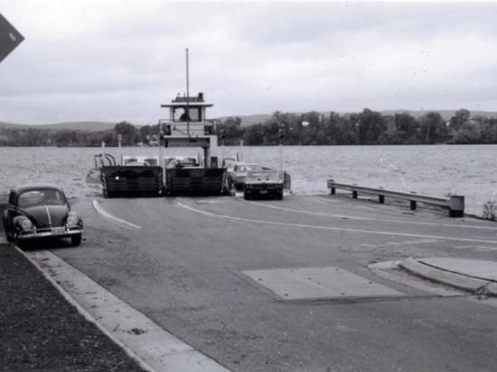 Μέριμακ, Ουισκόνσιν: Michael's 1969 GTO 'Judge' rolling off the ferry Colsac II after crossing Lake Wisconsin at Merr