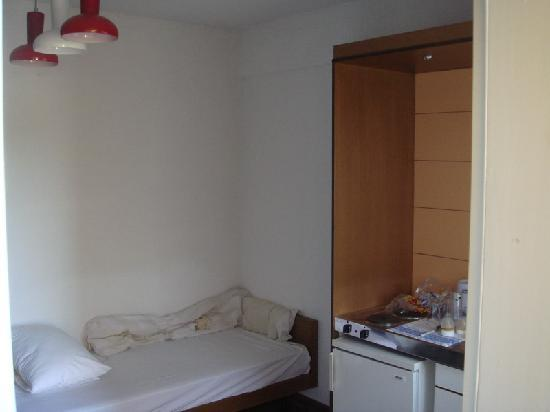 Hotel Despotiko: Kithenette and bed from 2nd room