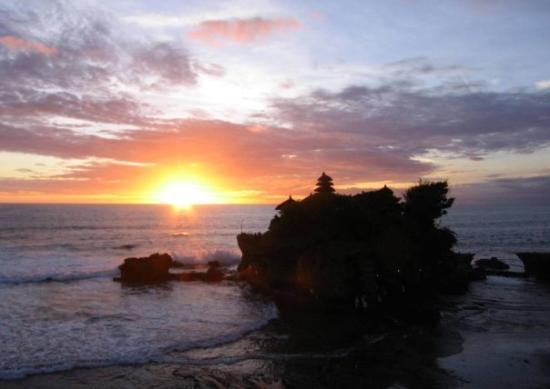Tabanan, Indonesia: Tanah Lot Temple at sunset.