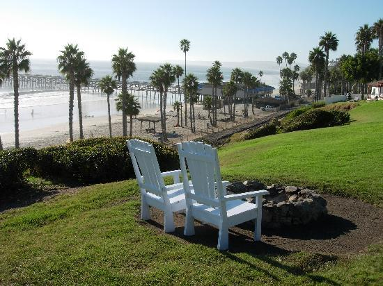 Beachcomber Inn: Quaint setting area with that great view.