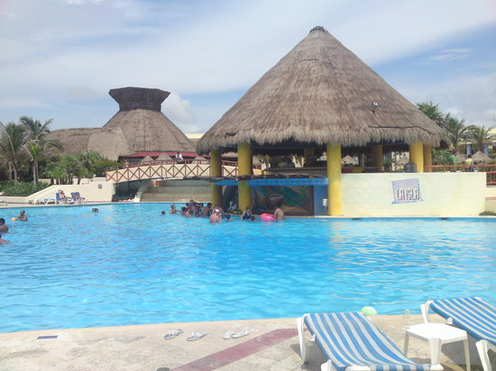 Grand Bahia Principe Tulum: Swim up bar at the main pool