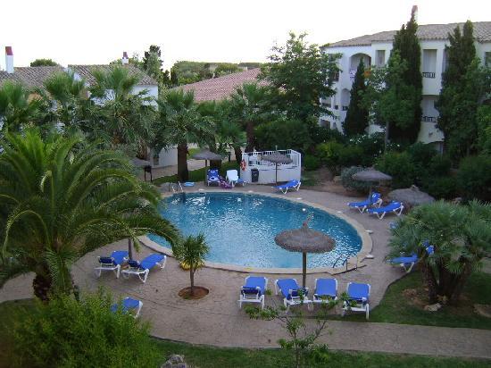 Cala'n Bosch, España: Piscina Hotel Sol Falcó, Menorca, desde la habitación