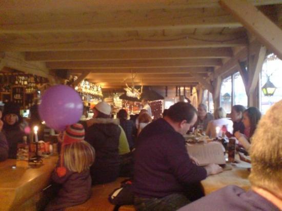 Krupowki Street: 24.1.2009 - Zakopane, Poľsko. Interiér tradičnej goralskej reštaurácie.