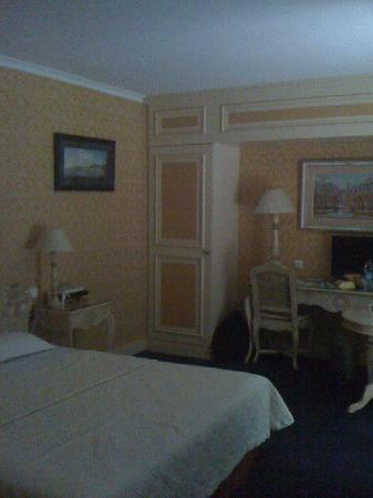Hotel Beaubourg: Hard to capture - but this is the bedroom