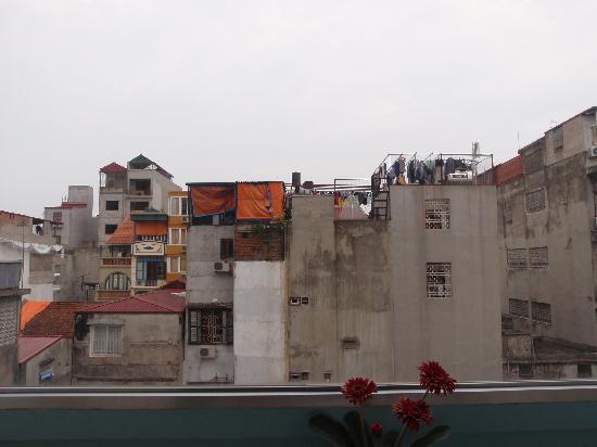 Luxury Hotel: 窓外の風景。民家の裏側って感じです。