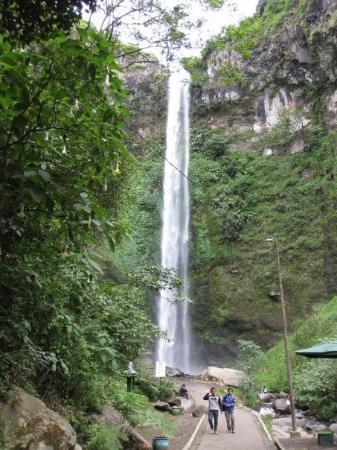 ชวา, อินโดนีเซีย: The Coban Rondo waterfall... Moving at 150 litres of water per second...