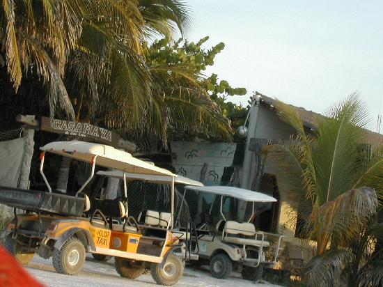 Casa Maya Holbox: entrata laterale con golf car parcheggiate