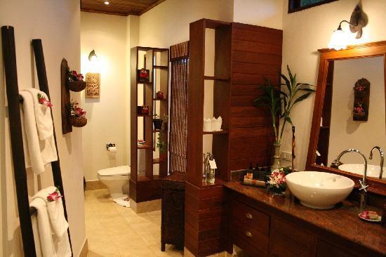 ร็อคกี้ บูติค รีสอร์ท: Huge bathroom