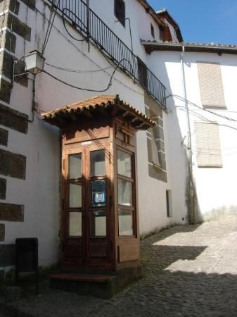 Hervas, Hiszpania: Cabina telefonica de madera.   Hervás (Caceres).