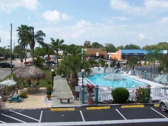 Floridian Inn: Another view of the pool.