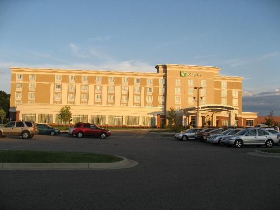 Holiday Inn Battle Creek: Hotel from parking lot