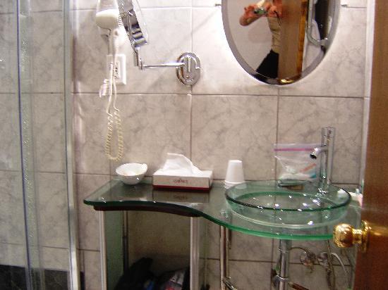 Europa Inn & Restaurant: Sparkling bathroom