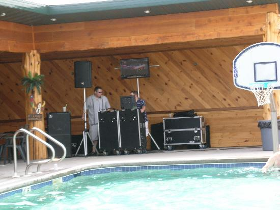 Edge-O-Dells Resort: Band by the Pool