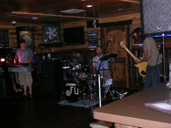 Edge-O-Dells Resort: Band Rocking till 1am