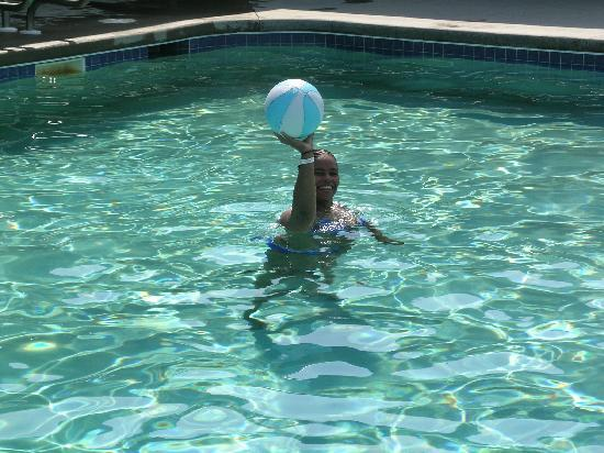 Edge-O-Dells Resort: Me in the pool shooting basketball