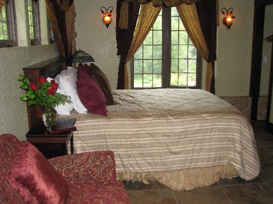 Hilltop Manor Bed & Breakfast: Super comfy bed in the Magnolia Suite