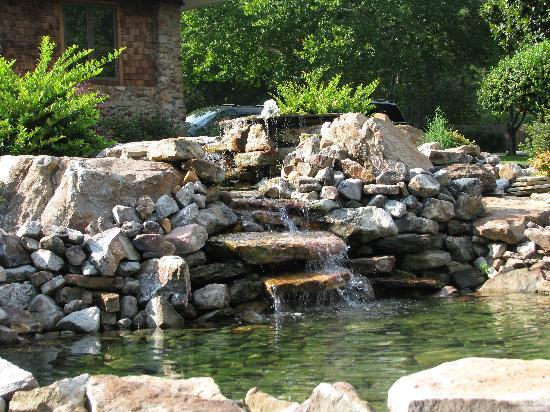 Hilltop Manor Bed & Breakfast: Peaceful waterfall outside our suite