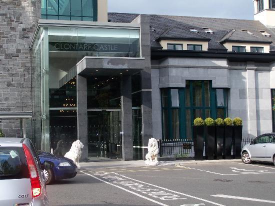 Clontarf Castle Hotel: The Entrance