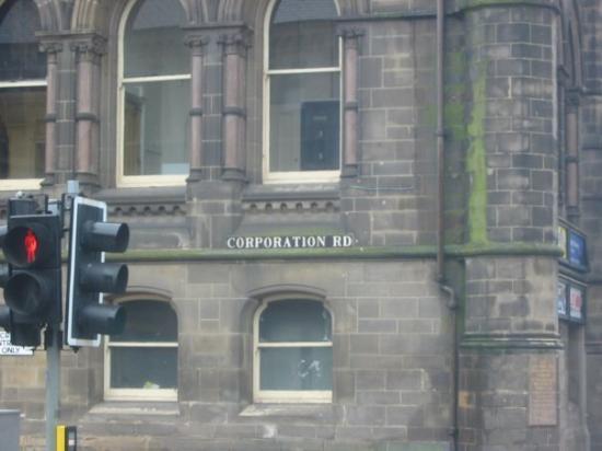 มิดเดิลส์เบรอ, UK: Corporation Road, Middlesbrough Town Hall, one building that hasn't been vandalised!