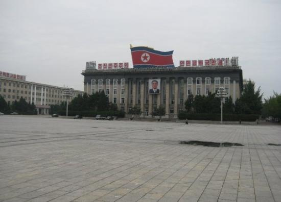 Pyongyang, เกาหลีเหนือ: Kim Il Sung Square. This is where all the military parades are held.
