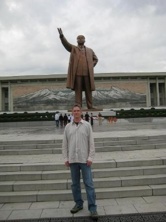 """Pyongyang, เกาหลีเหนือ: Kim Il Sung Monument. Our first stop in the country. We were """"encouraged"""" to pay 2 euros on the"""