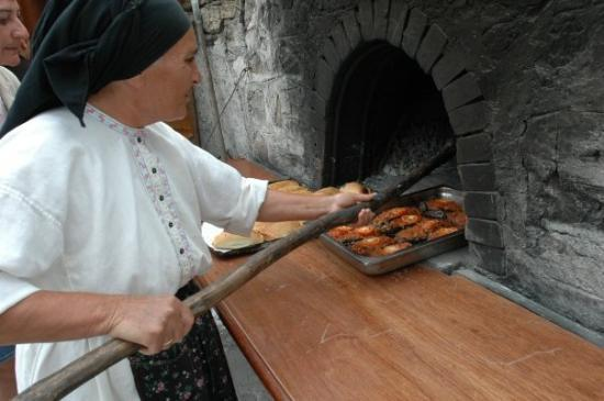 Kárpathos, กรีซ: Oven baked food at the Mylos Restaurant, Olymbos, Karpathos