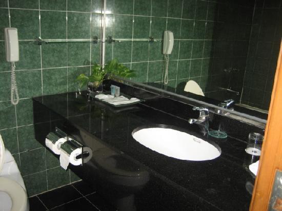 Metropark Hotel: bathroom