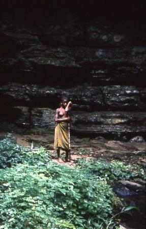 Kisangani, República Democrática del Congo: Ragazza pigmea alle cascate delle vergini