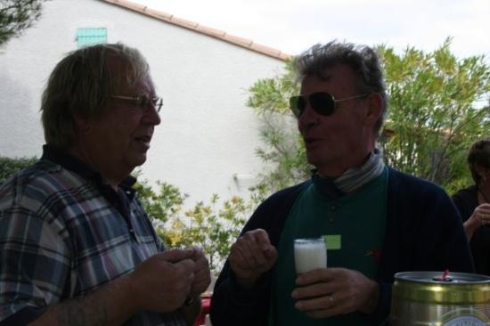 Saint-Cyprien, Frankreich trinken mit Freunden