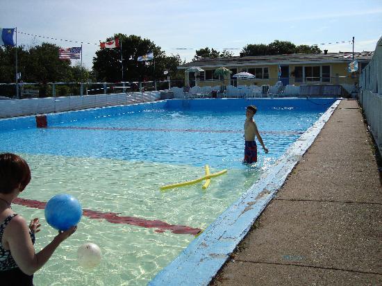 Beach Breeze Motel : A BIG pool