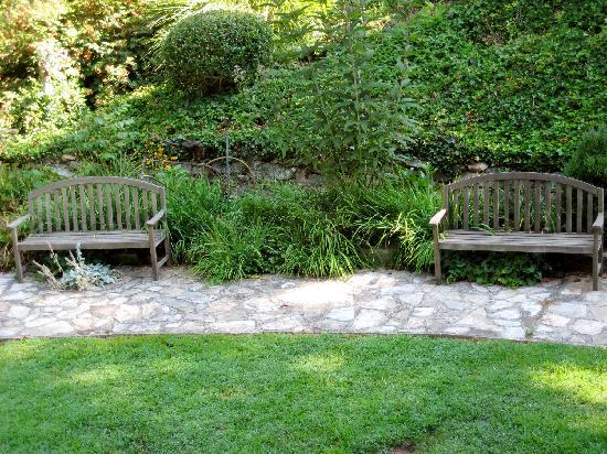 Beechwood Inn: welcoming benches