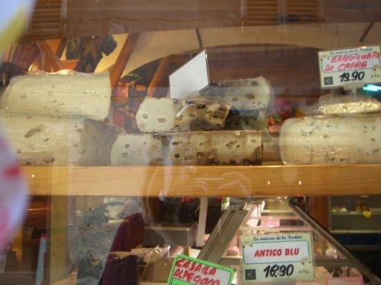 Cogne, อิตาลี: Cheese with still squirming worms.