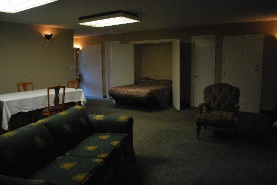Inn at Killearn Country Club : Main room with Murphy bed open