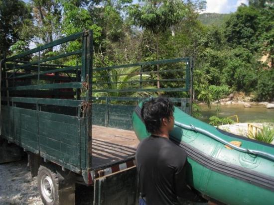 อีโปห์, มาเลเซีย: We're done. Loading up the rafts so we can sit on them like pigs on a lorry. :D