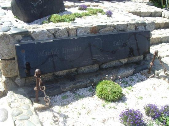 Isla Negra, ชิลี: His grave, buried with his third wife overlooking the sea.