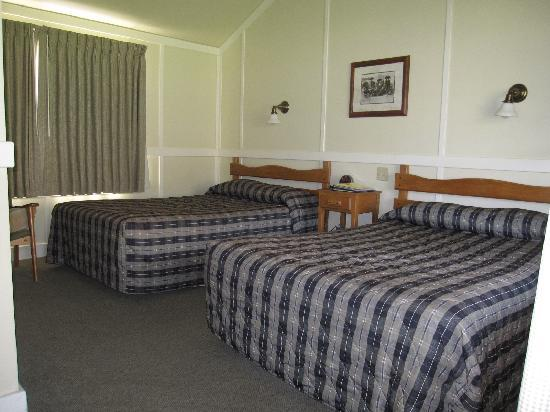 Frontier cabin interior picture of mammoth hot springs for Mammoth hot springs hotel cabins
