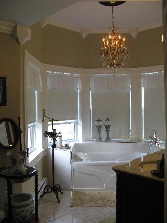 Spanish Room Manor : Palatial bathroom