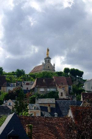 Argenton-sur-Creuse, Prancis: View of the 'Golden Lady' from the room