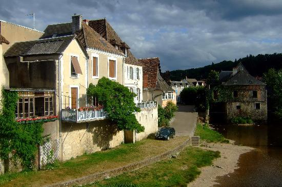 Argenton-sur-Creuse, Frankrike: Looking toward the wier with the Moulin de Bord on the right