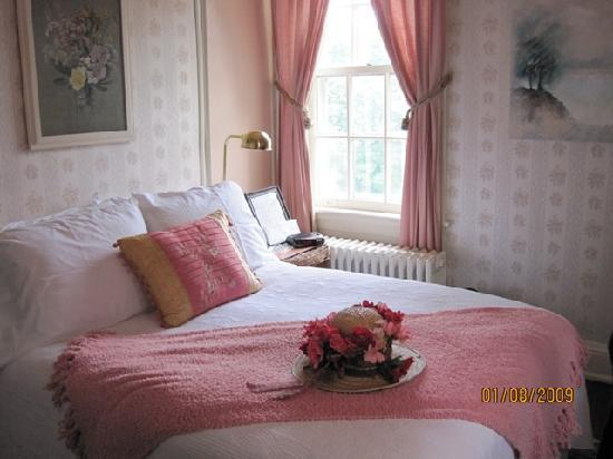 The Staunton Choral Gardens Bed and Breakfast: The bedroom - small but cosy