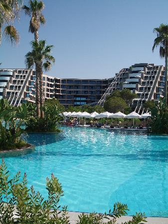 Susesi Luxury Resort: Hotel and pool.