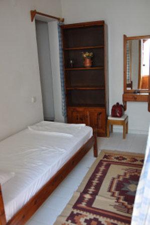 Old Kalamaki Pension: Bedroom,plain but clean!
