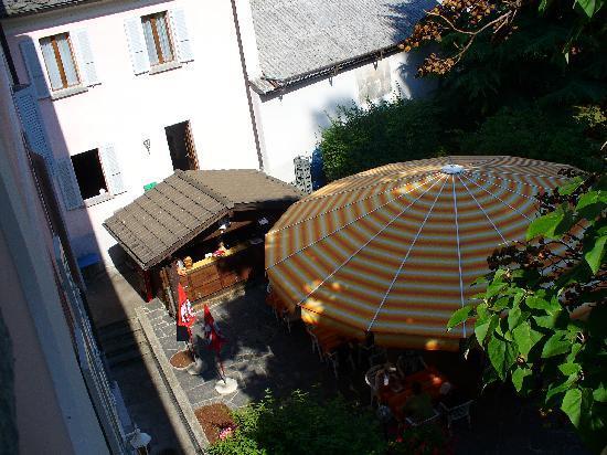 Biasca, سويسرا: vista dalla finesta - il ristorante