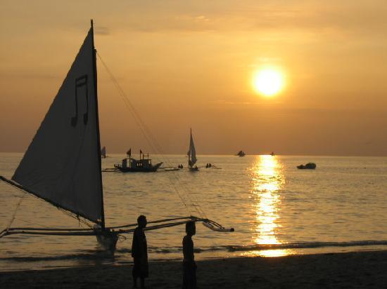 Island Jewel Inn: Sunset walk on beach