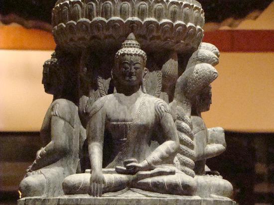 Hyatt Regency Kathmandu : Statue décorant le hall de l'entrée
