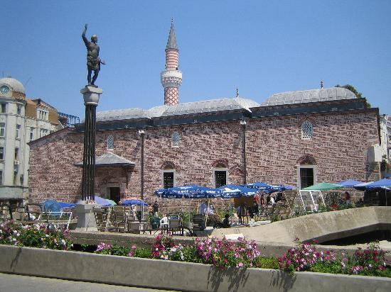 Płowdiw, Bułgaria: Dzhumaya Mosque with a statue in the Roman Stadium in the foreground